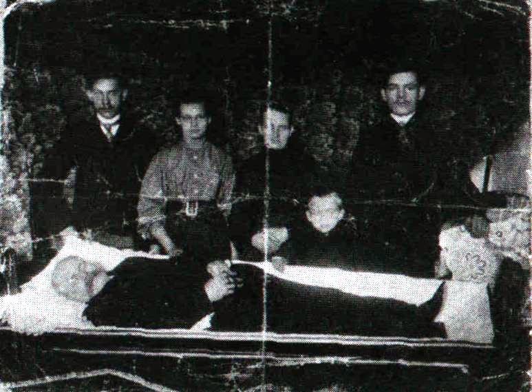 Rok 1910. Rodzina Piedzińskich przy trumnie pradziadka Jana