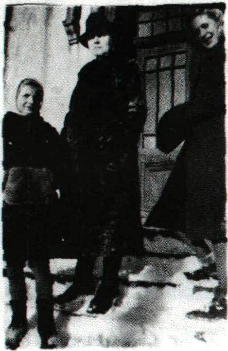 Od prawej Leokadia, Józefa, Natalia Wawszczyk. Na schodach siedziby dyrektora TAZ (ul. Apteczna)